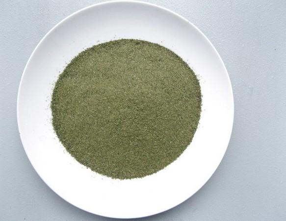 产品介绍:海藻为马尾藻科植物海蒿子或栖菜(小叶海藻)的藻体。别名:大叶藻、大蒿子、海根菜、海草。 主要作用: (1)营养作用:海藻提取液中含有丰富的营养成分,包括 多种氨基酸、微量元素和维生素等 。 (2)滋润保湿的作用:海藻中的胶原蛋白具有大量的亲水基团 , 使之具有了良好的保湿功效 , 能够帮助皮肤维持水分,达到保持皮肤润泽的目的。 (3)杀菌、消炎、控油作用:面部皮肤病如痤疮、毛囊炎等,往往是由细菌感染引起,海藻中含有多种具有消炎杀菌功能的活性物质,如卤化物、胆碱、酚类化合物、萜烯类 化合物、单宁、